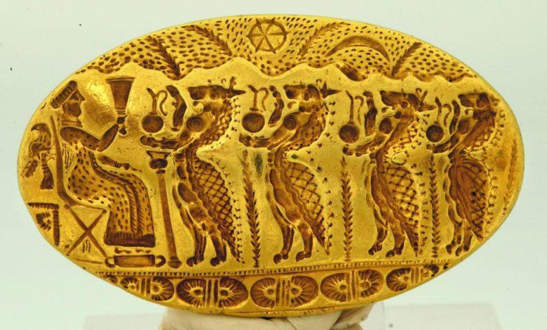 Το δακτυλίδι της Τίρυνθας (από τον λεγόμενο θησαυρό της Τίρυνθας) Χρυσό σφραγιστικό δακτυλίδι, το μεγαλύτερο γνωστό στον μυκηναϊκό κόσμο, με πομπή λεοντοκέφαλων δαιμόνων που προχωρούν προς θεά καθιστή σε θρόνο. Η θεά φορά μακρύ χιτώνα και υψώνει τελετουργικό σκεύος. Πίσω από τον θρόνο διακρίνεται αετός, σύμβολο εξουσίας, ενώ στον ουρανό εικονίζονται ο 'τροχός' του ηλίου και η ημισέληνος. 15ος αι. π.Χ. (ΕΑΜ 6208)