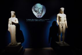Άποψη της περιοδικής έκθεσης «Οδύσσειες». Επιτύμβια μνημεία συνομιλούν με τους στίχους του Σεφέρη και αναγάγουν στο ασφοδελό λιβάδι με τις ψυχές των νεκρών που συνάντησε ο Οδυσσέας στην κάθοδό του στον ΄Αδη. (© TAΠΑ/Εθνικό Αρχαιολογικό Μουσείο)