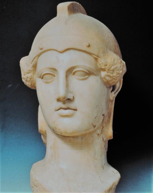 Κεφαλή της θεάς Αθηνάς. Αντίγραφο της εποχής των Αντωνίνων (2ος αι. μ.Χ.), το έργο αποδίδεται στον Φειδία ή σε μαθητή του (ΕΑΜΓ3718)