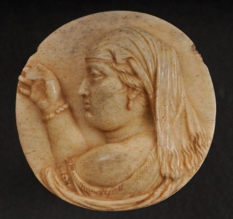 Δακτυλίδι με εικονιστική προτομή της Βερενίκης Β΄. Τέλη του 3ου αι. π.Χ. ΕΑΜ, Αιγ. 2903.