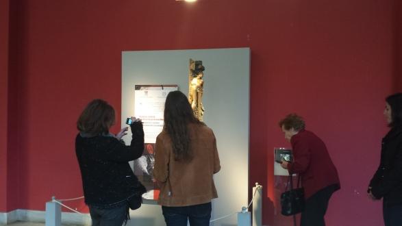"""Επισκέπτες του μουσείου φωτογραφίζουν την """"Κόρη της θάλασσας"""" του Δ. Αρμακόλλα."""