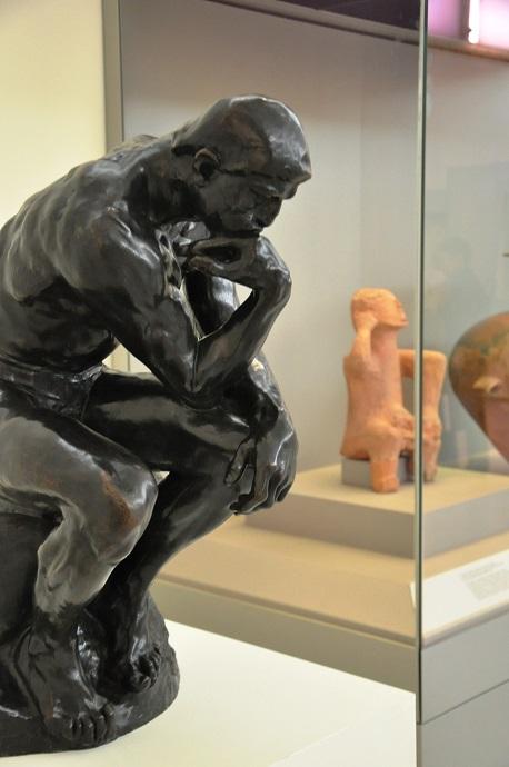 """«Ο Σκεπτόμενος» συνδιαλέγεται με τον ¨Στοχαστή"""", το μεγάλου μεγέθους πήλινο συμπαγές ειδώλιο καθιστής ανδρικής μορφής από την περιοχή της Καρδίτσας Θεσσαλίας που χρονολογείται στην Τελική Νεολιθική περίοδο (4500-3300 π.Χ.)"""